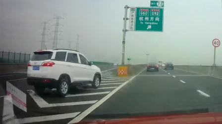 行车记录仪:五菱SUV错过高速出口,竟然这样下高速