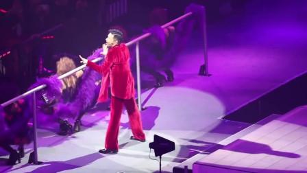 歌神张学友演唱会版《忘记他》,舞姿动作太妖娆,唱完台下沸腾了