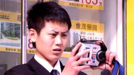 小男孩在店门口拍照被训斥,不料一看相机里的照片,老板满脸感动