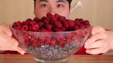 大胃王一改往日重口味,吃超大盆蔓越莓蓝莓,挤上奶油吃超过瘾!