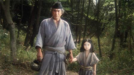 老翁捡到个女娃,眨眼间长成了死去女儿的模样,但行为却十分古怪