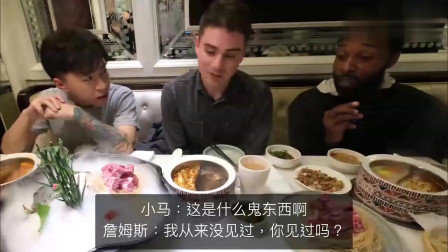 老外在中国:老外在纽约请路人吃火锅,这东西一上场,老外都忍不住要动手先吃了!