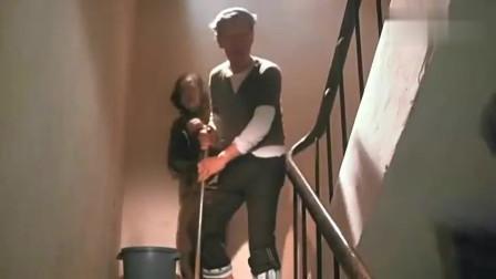 经典恐怖片:小伙回家发现老婆很不对劲, 做的一手好饭还学会了抽烟!