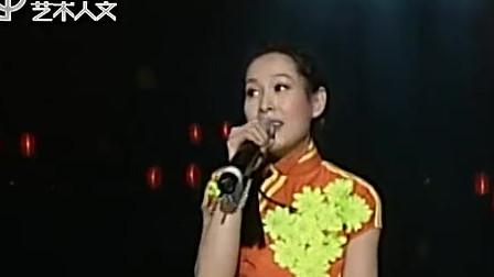 刘若英演唱会版《同桌的你》,边唱不忘饮酒,颇有借酒追忆青春的感觉