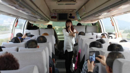 夫妻在大巴车上深情对唱一首歌,没想到一夜爆红,谁知道名字?