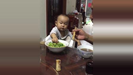 熊孩子和大人一起吃饭,接下来熊孩子的反应太逗了!