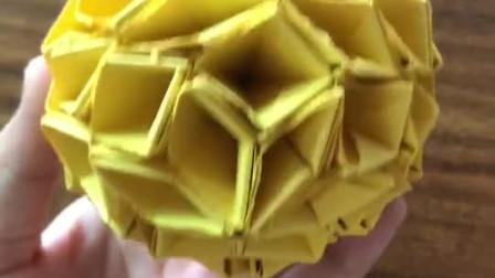 等下发菠萝折纸教程,这是一款一岁半宝宝都能认出的折纸,忽略纸上的毛毛边,因为是用纸牌裁的。