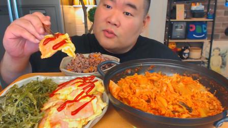 """韩国吃货胖哥,吃""""泡菜炖肉丁+香肠鸡蛋饼"""",吃得真香,真馋人"""