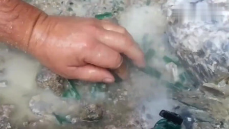挖开的矿山里捡石头,好多这种绿色的宝贝,能值几个钱?