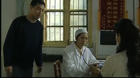 老婆在量血压,老公却在一旁提示她,医生一量发现血压突然高了