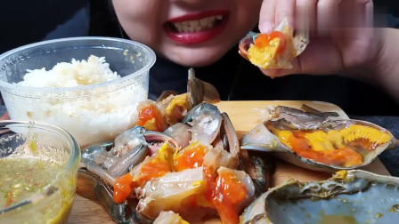 吃货胖妞吃酱螃蟹,蟹黄看着好诱人,吃蟹腿要使劲嘬