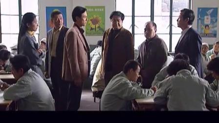 老总心血来潮陪工人吃饭,不料看完工人伙食后,当场负责人!