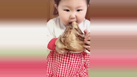 小萝莉饿了自己去厨房拿肉吃,接下来小萝莉的反应太可爱了!