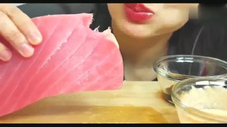 泰国吃播微笑姐吃一整块肥硕的金枪鱼肉