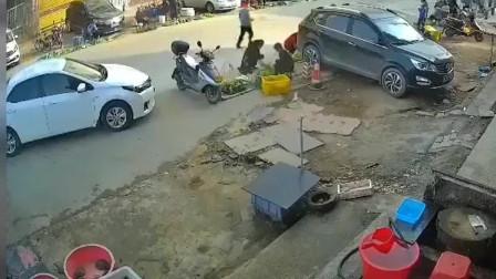 油门当刹车了?都撞停了,车轮还在转