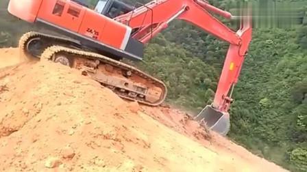 挖掘机师傅:开饭了,赶紧走捷径冲下去,不然去晚了没饭吃!