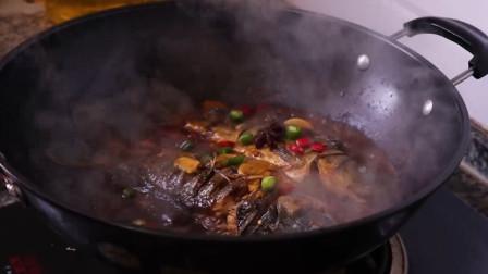 红烧鲫鱼:鲫鱼改刀后下锅煎,放蒜片爆香,加调好的料汁煮十分钟