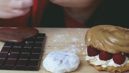 国外女吃货, 吃棒棒糖巧克力、黑巧克力排, 树莓夹心奶油酥球泡芙
