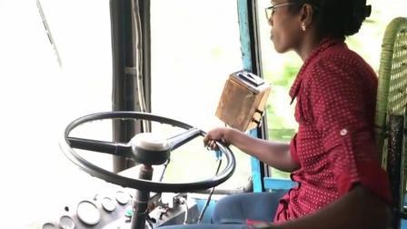 看看女司机怎么开公交车的, 这技术绝对不输老司机!