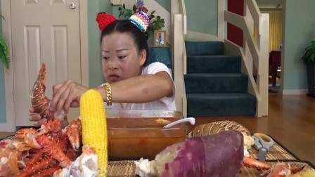 看看吃相夸张的泰国女人, 怎么吃龙虾尾, 大口吃的真过瘾, 好馋人