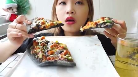 吃货大猫今天吃:黑底芝士披萨、爆浆奶茶珍珠吐司