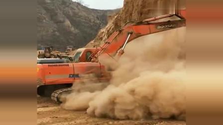 挖掘机:幸亏跑得快,要不就被埋起来了!