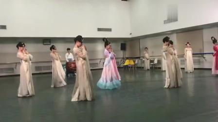 中国舞:吴谨言跳起古风《丽人行》,舞姿完全不输专业的舞者!