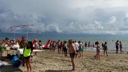 一群人在沙滩上玩耍,龙卷风突然来袭,大自然的力量太可怕