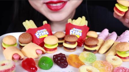 小姐姐試吃流行糖果,仔細看漢堡薯條全是橡皮糖