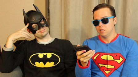 蝙蝠侠和蜘蛛侠在看电视!