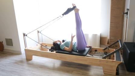 瑜伽上伸腿式,瘦腹又瘦腿,借助普拉提床做效果更好