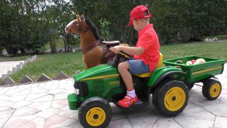 萌娃小可爱开着拖拉机去地里收菜喂马,小家伙种的蔬菜可真不少呢!