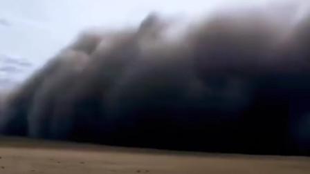 """内蒙古满洲里出现沙尘暴 形成数米高""""沙墙""""遮天蔽日"""