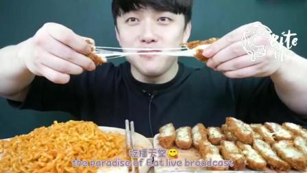 韩国吃播:深渊巨口吃芝士拉丝热狗和鸡排,满足的表情让人心动