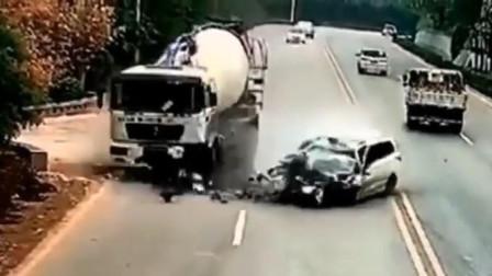 司机开车太嚣张,结果作死酿车祸,阎王:不收了你都对不起观众