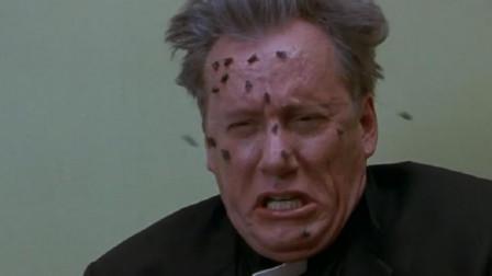 神父为一座古宅驱魔,在念咒语的时候,苍蝇竟爬满了他的全脸