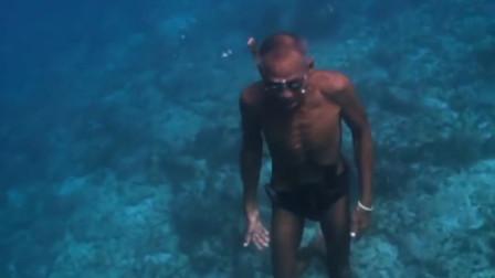 65岁老人每日潜入海下,徒手捕鱼,不用氧气罩也能潜入水下30米!
