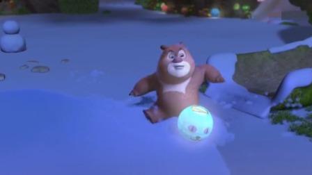 熊熊乐园2:熊大发现有亮光,他找到了埋在雪里面的花灯!