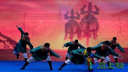 传统的蒙古族民间舞蹈:《摔跤》