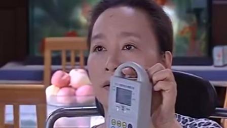 东家真精明女保姆买回菜来还要再称一下结果发现真的少了分量
