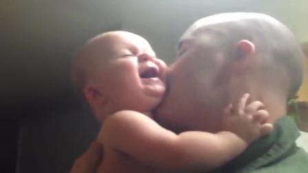 """这位爸爸有点坏,只""""啃""""宝宝怕痒的地方,宝宝笑到无力反抗"""