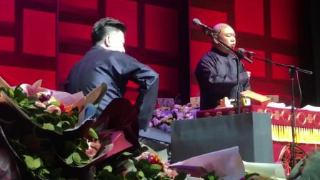 张鹤伦坐在台上听相声的感觉,就是不一样