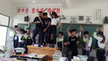 班主任不在的第一天,已经开始在教室蹦迪了,桌子上的女生真优秀