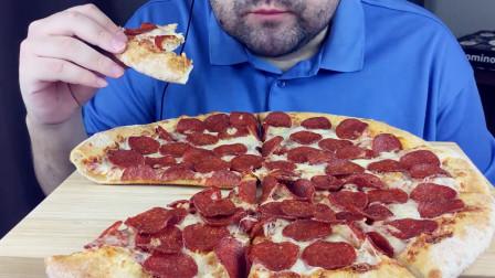 大叔吃意大利辣香肠披萨,听到美味的咀嚼声,肚子都忍不住叫!