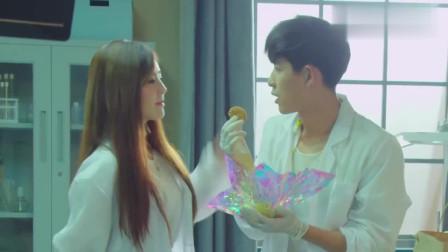 梦妍突然送来爱心小饼干,杨明却不敢吃,害怕被下毒,你不吃给我啊!