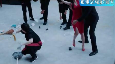 身着红色紧身衣服女子一出场,在场的男子都忘记了手中的工作,看呆了