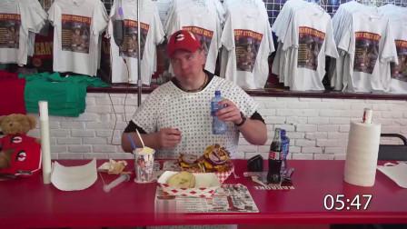 美国兰迪大胃王在主题餐厅挑战超大号汉堡加黄油奶昔,这次穿的好可爱