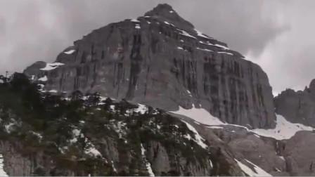 香格里拉巴拉格宗巍峨的原石佛塔
