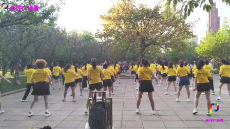 公园一群美女大妈齐跳广场鬼步舞《一晃就老了》舞步整齐好看,歌词现实!