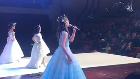 10岁小女孩翻唱一首《一百万个可能》,一开口惊艳全场,太好听了